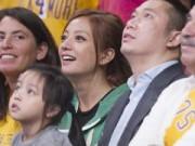 Hậu trường - Vợ chồng Triệu Vy xem bóng rổ cùng dàn sao Hollywood