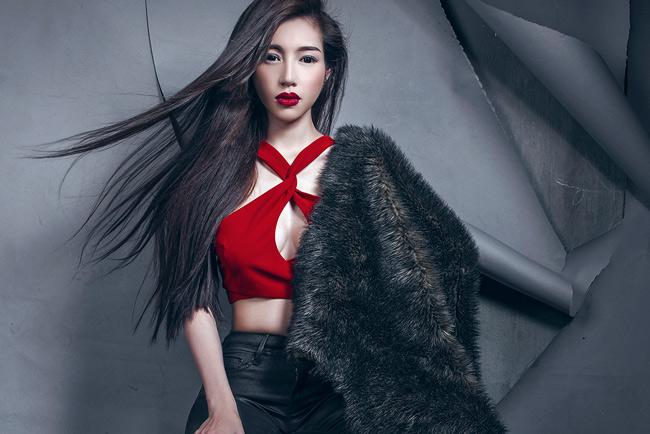 Elly Trần tự tin khoe trọn hình thể trong những bộ trang phục ôm bó cơ thể