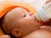"1-3 tuổi - Lỗi ""cấm kỵ"" khi pha sữa cho con"
