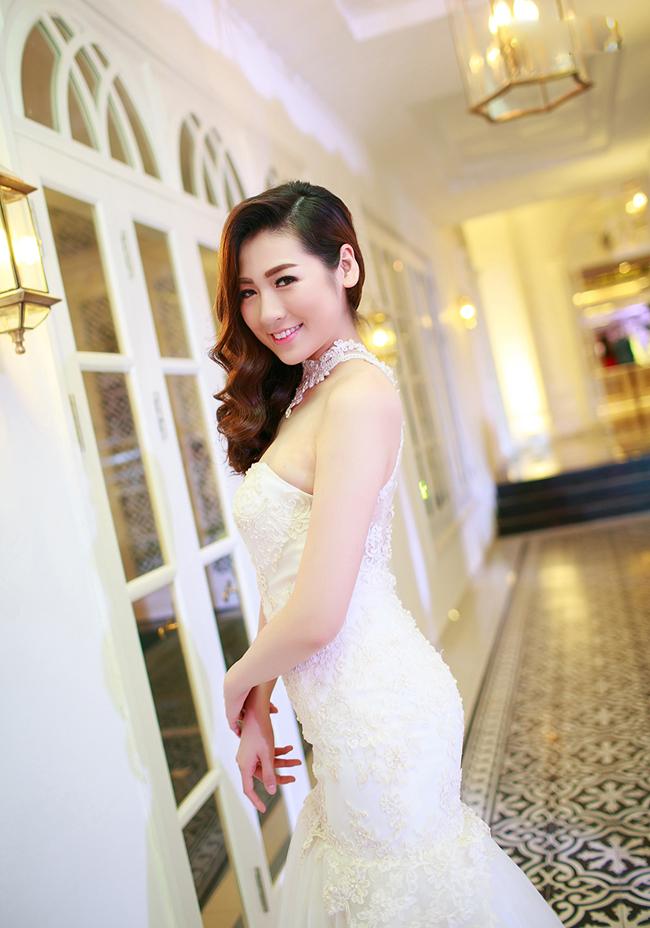 Á hậu Dương Tú Anh sở hữu nét đẹp mặn mà, quyến rũ. Với dáng người đậm nhưng hài hòa, nét đẹp của Dương Tú Anh khiến nhiều người phải ghen tỵ khi cô nàng diện váy cưới.
