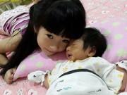 Làng sao - Con gái Thanh Thảo Hugo âu yếm em trai 2 tuần tuổi