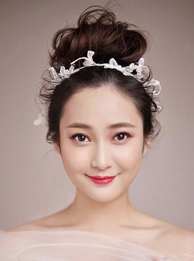 Không ít những cô nàng cá tính sở hữu mái tóc ngắn phải hốt hoảng vì ngày cưới cận kề. Những gợi ý của cô dâu tóc ngắn Việt – Hàn sau đây sẽ xua tan nỗi lo của chị em.