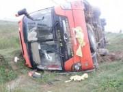 Tin tức - Xe khách lật xuống ruộng, hơn 30 hành khách hoảng loạn
