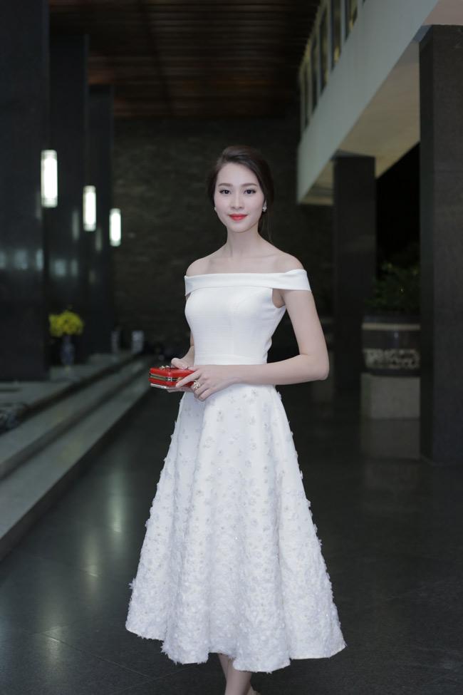 Hoa hậu Thu Thảo trong trẻo như sương mai trong đầm trắng vai trần