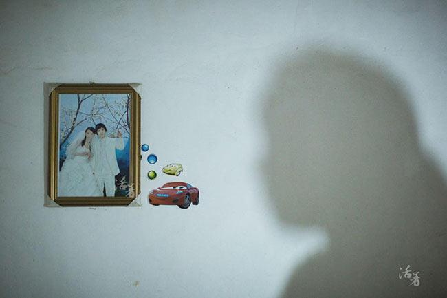 """Ở Vân Nam thuộc biên giới phía Tây Nam Trung Quốc, không khó để bắt gặp những cuộc hôn nhân mà cô dâu mới chỉ ở độ tuổi học sinh cấp 2. Tình trạng tảo hôn của trẻ em ở những vùng nông thôn xa xôi hẻo lánh này vẫn tiếp diễn nhiều đời nay. Chỉ trong một làng mà có rất nhiều cô bé mặt non choẹt đã trở thành """"mẹ trẻ con"""". Đương nhiên, vì không đủ tuổi kết hôn, đa số các cô bé đều lấy chồng mà không có giấy chứng nhận, cuộc hôn nhân cũng không hề có hiệu lực pháp luật."""