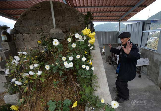 Vài năm trước đây, người dân khu Dazhou, thành phố Wanyuan tỉnh Tứ Xuyên ngày nào cũng bắt gặp hình ảnh hai cụ già nắm tay nhau chầm chậm đi bộ xuống phố mỗi ngày. Vậy nhưng tháng Giêng năm 2014 vừa qua, cụ bà đã qua đời vì tuổi cao sức yếu.  Kể từ khi người vợ đã khuất được chôn cất tại chân núi, cụ ông Jiang Teng-chi dùđã 88 tuổi nhưng mỗi ngày đầu đi bộ gần 10km từ nhà đến mộ vợ. Ông không chỉ mang cơm cho vợ hàng ngày, trò chuyện với nấm mộ và còn nhảy và múa hát trước ngôi mộ của vợ. Hình ảnh ông lão khiến nhiều người cảm thấy xót xa.
