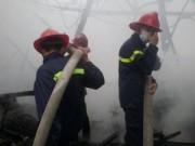 Tin trong nước - HN: Cháy lớn tại kho chứa gỗ trên phố Pháo Đài Láng