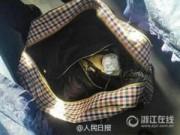 Tin quốc tế - Phát hiện trẻ sơ sinh trong túi xách trên tàu điện