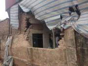 Tin hot - Hà Nội: Xe tải đổ nghiêng, đè sập tường nhà dân