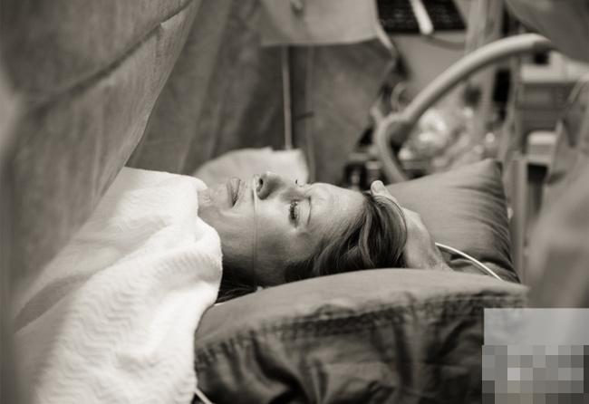 Người mẹ rơi nước mắt khi nghe được tiếng khóc đầu tiên của con sau 9 tháng mong ngóng.