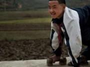 Tin quốc tế - Cậu bé hằng ngày 'bò' tới lớp bằng đôi chân tàn tật