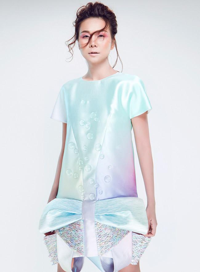 Tạo dáng vừa đơn giản vừa ấn tượng khiến trang phục mang lại cảm giác hư ảo lạ thường