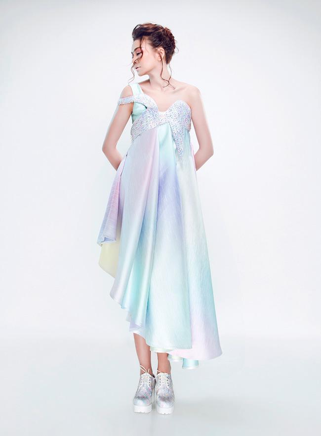 Bộ ảnh được thực hiện bởi:  Fashion: Nguyen Cong Tri Art Director: Nguyen Hoang Anh Photographer: Le Thien Vien Model: Thanh Hang Make up & Hair: Ngan Thi