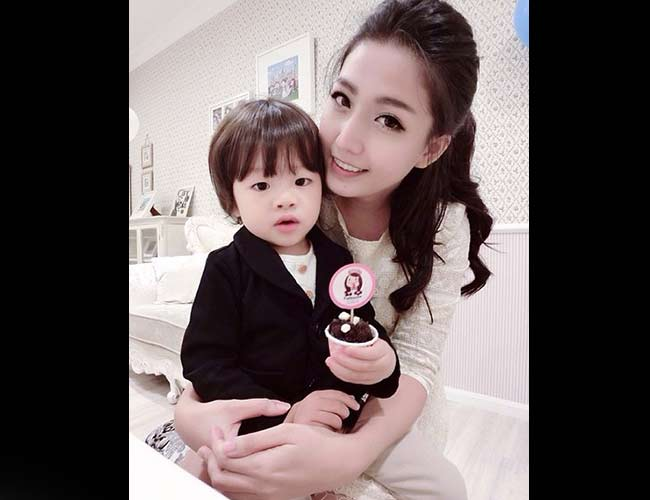 1. Abigail Lim   Abigail Lim cùng cô con gái đáng yêu là cặp mẹ con được yêu thích trên cộng đồng mạng xã hội Malaysia. Trên các trang mạng xã hội của mình, Abigail Lim luôn khiến người xem bị thu hút bởi phong cách thời trang thời thượng cùng hình ảnh gia đình hạnh phúc.  Bài liên quan  Những bà mẹ Việt 'gây thương nhớ' vì trẻ như gái 16  Cô bé Hà Nội 7 tuổi lọt top 10 mẫu nhí trên báo Mỹ  Những ông bố, bà mẹ gây sốt mạng xã hội Việt 2014  Mẫu nhí đẹp nhất thế giới gây tranh cãi vì quá gợi cảm