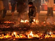 Tin tức - Giật mình nghi lễ chạy qua lửa của trẻ em Nhật Bản