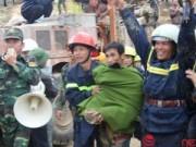 Khoảnh khắc các công nhân được cứu hộ khỏi hầm sập
