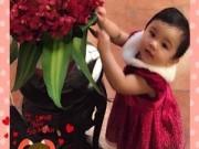 Làng sao - Con gái Jennifer Phạm đáng yêu bên hoa lan