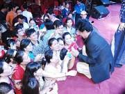 Làng sao - Chế Linh quỳ trên sân khấu ký tặng fan ở Tiền Giang