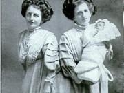 Làm mẹ - Chuyện ly kỳ cặp song sinh dính liền bỗng dưng làm mẹ