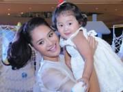 Làng sao sony - Hoa hậu Hương Giang lần đầu dẫn con gái đi sự kiện