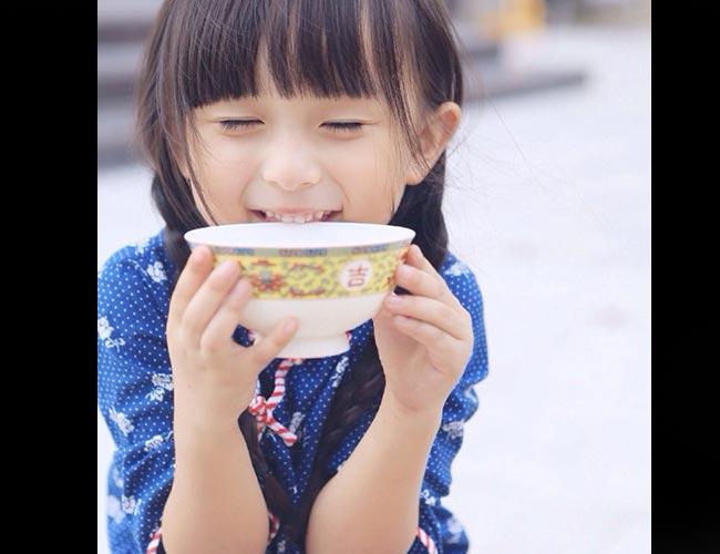 Sinh năm 2009 tại Phúc Kiến, Trung Quốc, hiện Lưu Sở Điềm mới 5 tuổi nhưng với khuôn mặt đẹp một cách 'hoàn hảo', cô bé sớm chạm ngõ điện ảnh với nhiều vai diễn ấn tượng.
