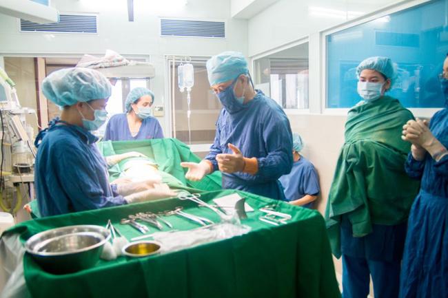 Đúng 10 giờ sáng, ca phẫu thuật đẻ mổ bắt đầu.