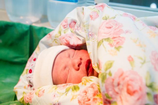 Nét đáng yêu của bé trai nặng 3kg. Theo đánh giá của bác sĩ, em bé có sức khỏe ổn định, hoàn toàn bình thường.