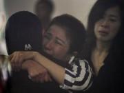 Tin tức - Chùm ảnh: Người thân vẫn mòn mỏi chờ tin máy bay QZ8501