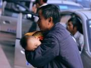Tin tức - Trẻ nhỏ vật vã theo bố mẹ về quê nghỉ tết Dương lịch