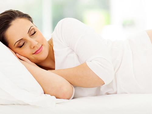 Kết quả hình ảnh cho các tư thế ngủ nằm nghiêng gối đầu lên tay