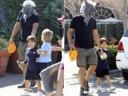 Orlando Bloom đeo mặt nạ sói chiều lòng con trai