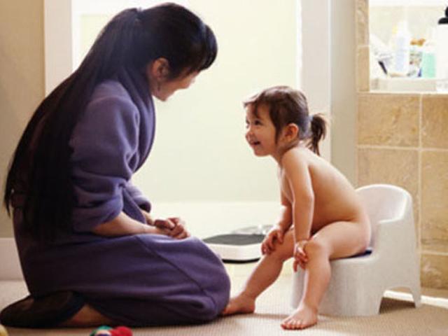 Tập cho bé ngồi bô: Không đúng cách là hại con!