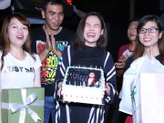 Giang Hồng Ngọc được fan tổ chức sinh nhật tại sân bay