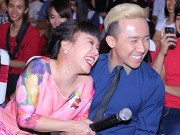 Việt Hương cười  & quot;thả ga & quot; bên cạnh đàn em