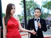 MC Nguyên Khang cầm tay Mai Phương Thúy trong sự kiện