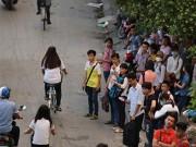 """Tin tức - """"Mất"""" bến xe buýt, sinh viên tràn ra đường bắt xe"""