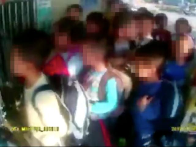 Sốc: 28 trẻ mầm non Trung Quốc bị nhồi nhét trên xe 7 chỗ