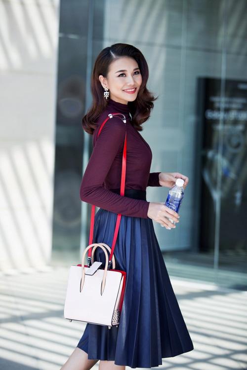Chân váy xòe dài nên kết hợp cùng với áo gì?