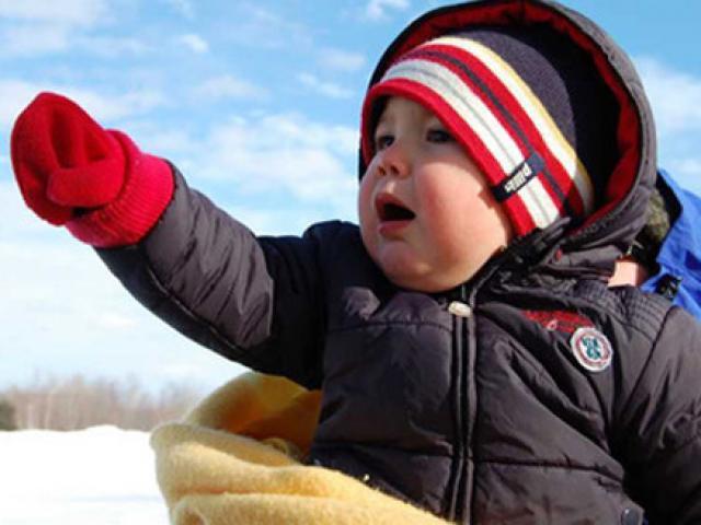 Mặc ấm cho trẻ chưa đủ để phòng bệnh mùa đông