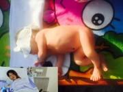 Trang Trần đưa con gái mới sinh đi tắm nắng