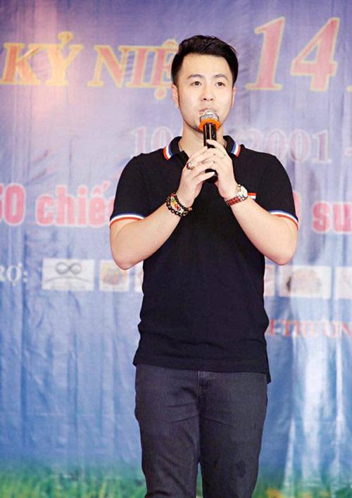 Akira Phan nén đau trình diễn trên sân khấu