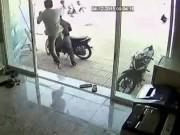Clip Eva - Dắt xe máy ăn trộm, bị chủ nhà song phi ngã sấp mặt