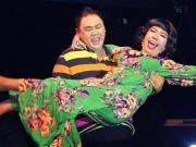 Minh Béo bế bổng Long Nhật trên sân khấu