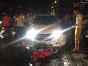 Tin tức - Hà Nội: Ô tô húc hàng loạt xe máy, 4 người bị thương