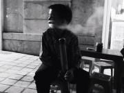 Tin tức - Cậu bé 10 tuổi ở Sapa biểu diễn hút thuốc lào nghi ngút khói để kiếm tiền