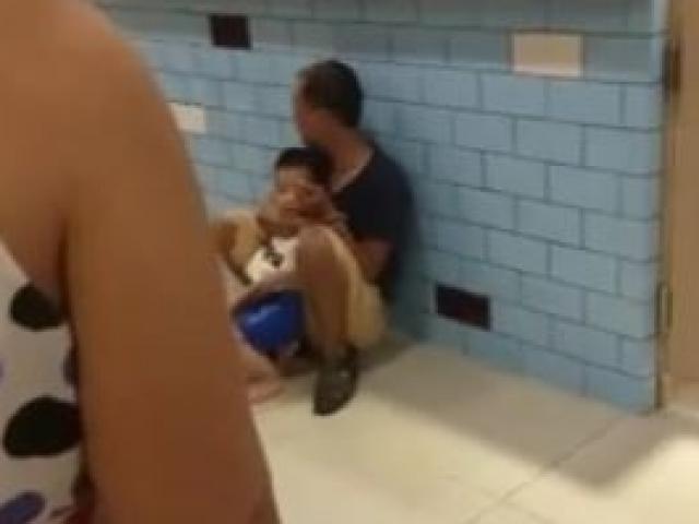 Clip: Kẻ nghi ngáo đá gí dao khống chế bé 2 tuổi ngay giữa siêu thị