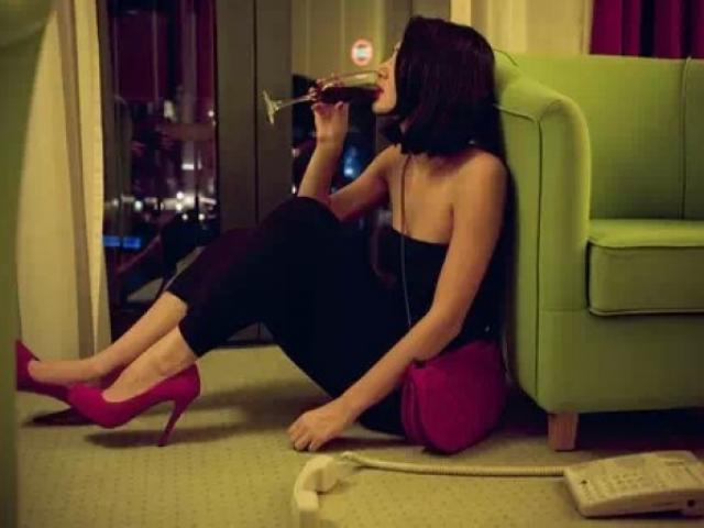 Đưa về ra mắt, bạn gái uống rượu như nước lã khiến cả nhà choáng váng