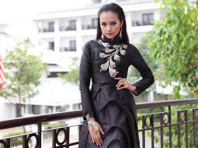 Ngọc Châu đeo đầy trang sức sau khi đăng quang Vietnams Next Top Model