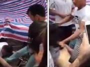 Tin tức - Bắt gặp vợ đi chơi với bồ, chồng đánh ghen điên cuồng giữa chợ