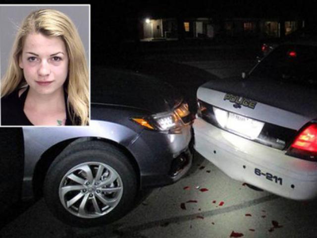 Chụp ảnh ngực trần trong lúc lái xe, thiếu nữ tông xe cảnh sát